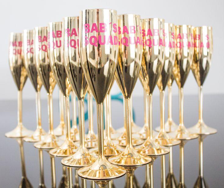 """Novidade Exclusiva: Taça Glamour 400 ml toda cravejada de Strass. Cores disponíveis: Rosa, Branca, Preta e Azul Tiffany. Taças Premium 170ml Cores disponíveis: laranja """"Veuve Clicquot"""", Azul """"Tiffany"""", Preta, Branca, Pink. Nossas taças team bride são personalizada de acordo com a sua necessidade. Taças de Champagne Luxo personalizada pra sua despedida de solteira. Taças Prime …"""