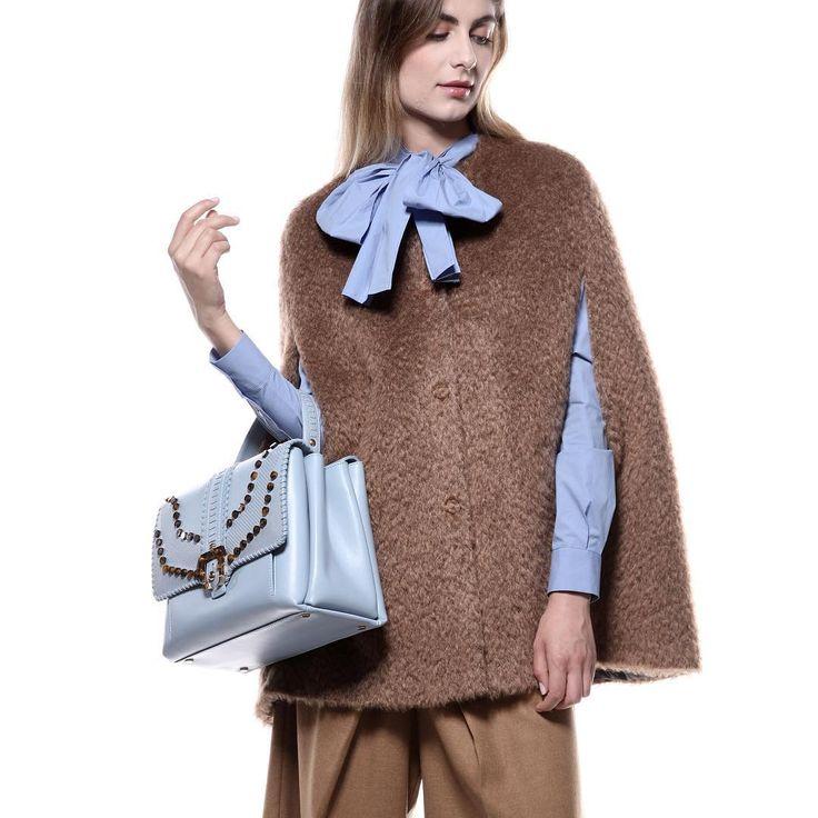Look of the day 🍂 poncho di Erica Cavallini 🍂 blusa di MSGM 🍂 borsa di Paula Cademartori 📲 shop online #svgt #ecommerce #look of the #day #chic #handbag #bow #outfit