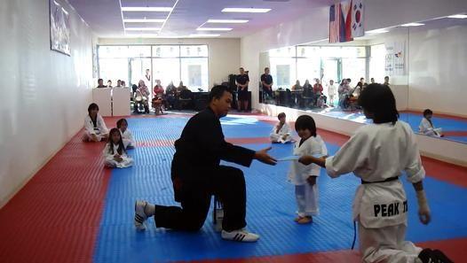 A Temecula en Californie, ce petit garçon a fait une démonstration de taekwondo où il devait casser une planche avec son pied. Il a obtenu sa ceinture blanche après cette belle performance.  C'est beau la patience de l'instructeur :)