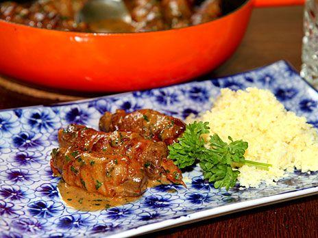 Oxrullader med bacon, soltorkade tomater och vitlöksfärskost. Serveras med pressad potatis och löksås.
