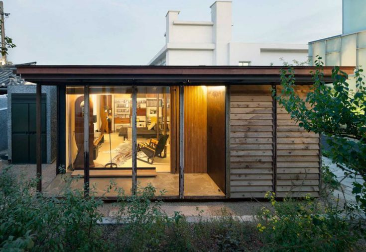 """The architecture of these houses is a """"constructional  philosophy"""", a free aesthetic of functionality and fabrication that is integrated with the aid of designed systems that allow modification, dismantling and moving of the structure."""