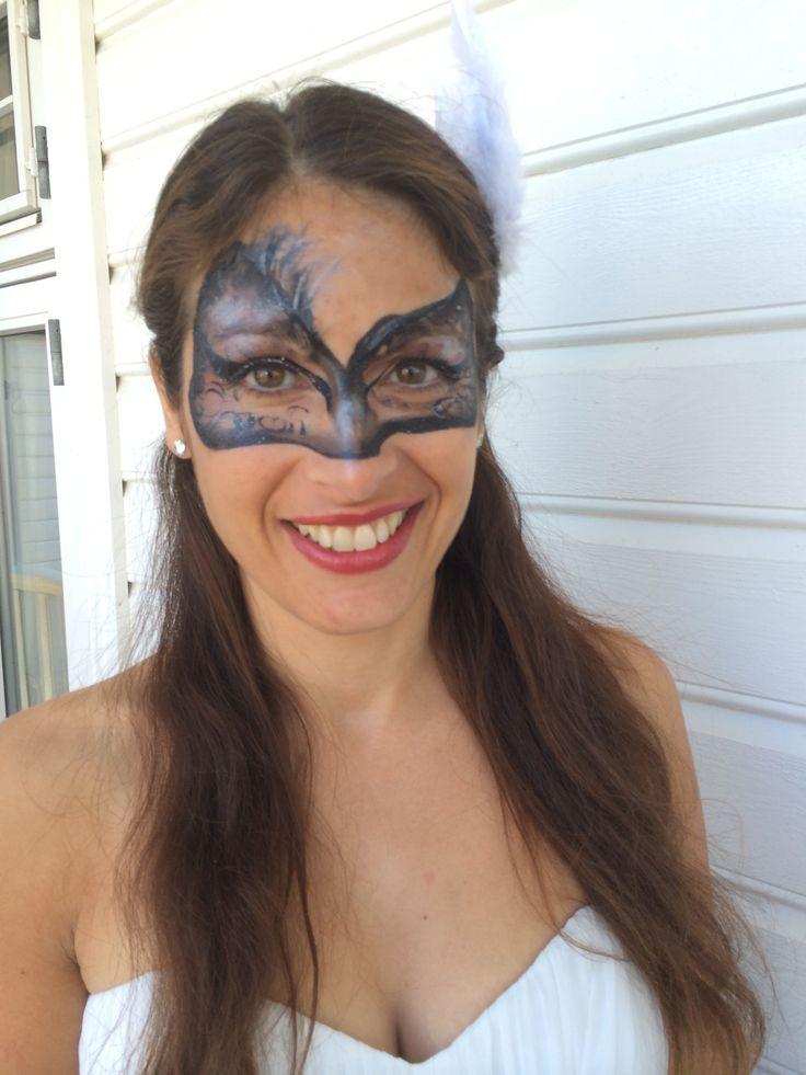 Vakker kvinne fikk en mystisk maskerademaske malt av ansiktsmaler.no
