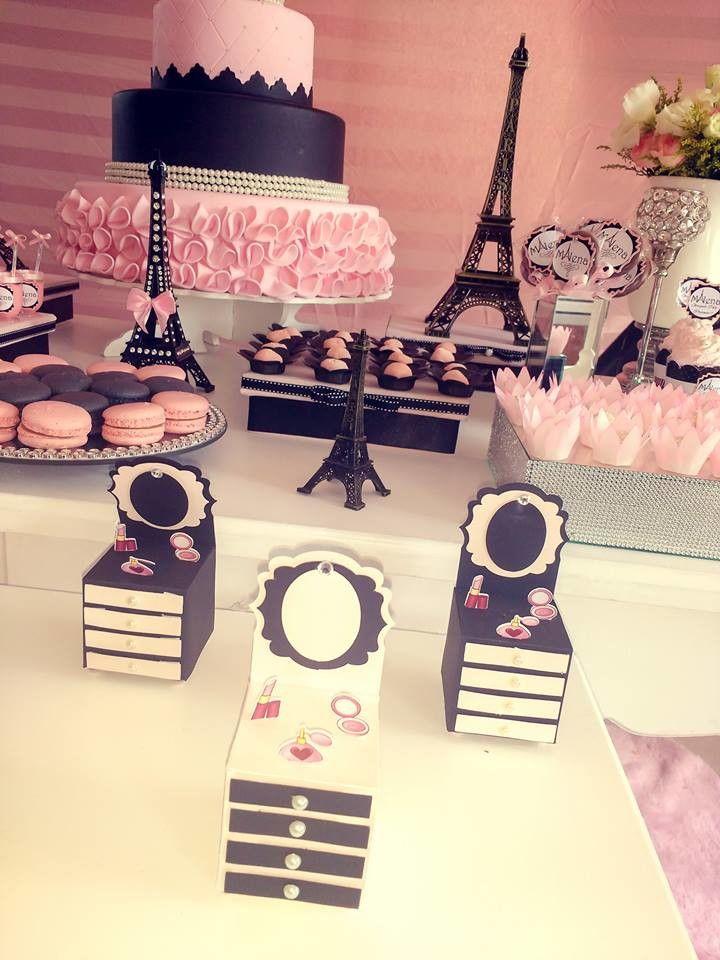 Caixinha penteadeira Rosa e Preto para decoração de festas, com detalhes em miniatura de: batom, perfume e espelho.