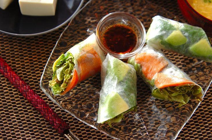 カラフルなサラダ感覚の生春巻き。サーモンとアボカドの生春巻き[エスニック料理/前菜]2015.10.12公開のレシピです。