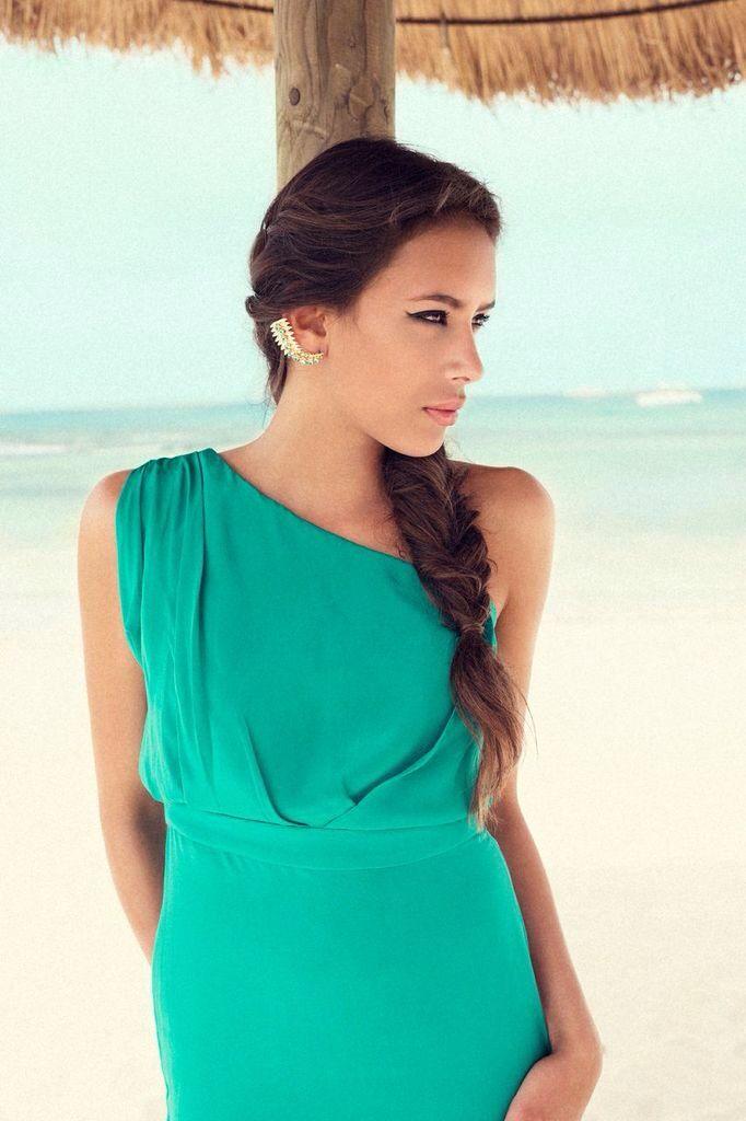 Flot smaragd-grøn gulvlang kjole i helsilke med en bar skulder.