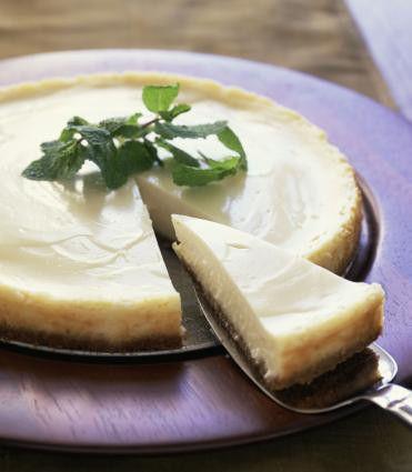 レアチーズケーキは自宅で簡単に作れます。 高カロリーの生クリームを使わずに、焼く手間もなくダイエット中にも安心♡ 豆腐チーズクリームを使った自家製レアチーズケーキのレシピをご紹介します。