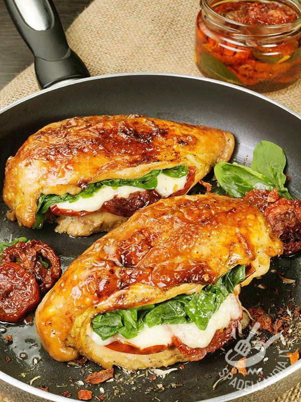Petti di pollo con mozzarella, spinaci e pomodori secchi: gustosissima carne bianca farcita, davvero irresistibile! Per variare il menu della settimana!