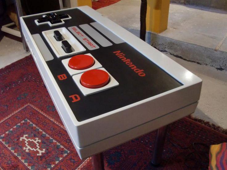 Café bajo control / En Internet abundan los videos y manuales sobre cómo fabricar una mesa o coffee table en forma de un control de Nintendo NES, de 1984. Le dará un toque retro a la sala y, al mismo tiempo, dejará en evidencia la edad del propietario o propietaria de la casa.