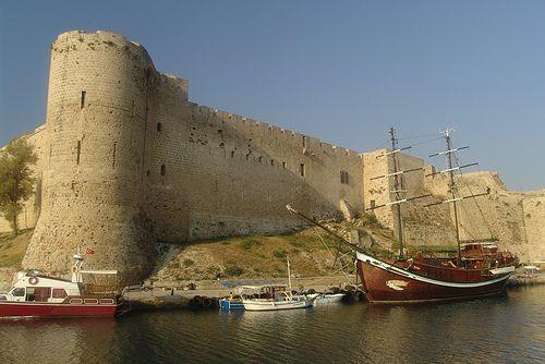 Castelo de Kyrenia, Chipre..Localizado na pitoresca costa norte do Chipre, o Castelo de Kyrenia foi construído no lado oriental do porto da vila. Sobrevivendo a vários pequenos cercos e uma guerra de quatro anos, esse castelo do século XVI é uma das principais atrações turísticas da região,