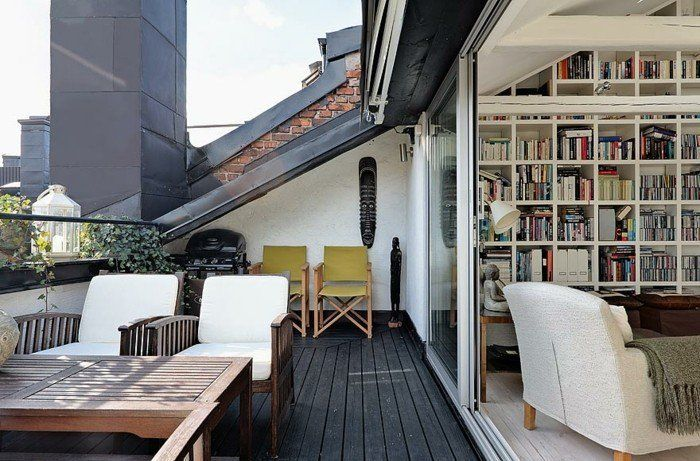 une-bibliothèque-qui-s-ouvre-sur-une-terrasse-tropezienne-en-composite-table-et-chaises-en-bois-amenagement-terrasse-intéressant