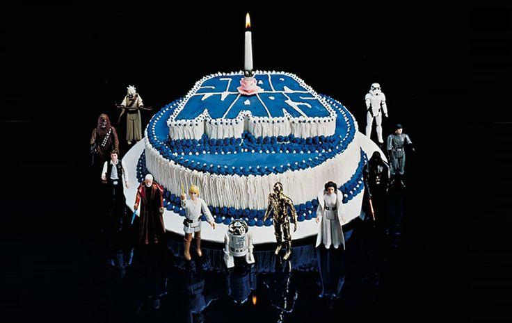 Hoy 25 de mayo de 2017, el concepto de Star Wars cumple 40 años del estreno de la primera película de la saga en el año de 1977. Una celebración mundial. #StarWars40th #StarWars #StarWars40thanniversary  Más noticias interesantes en: http://mentepost.com