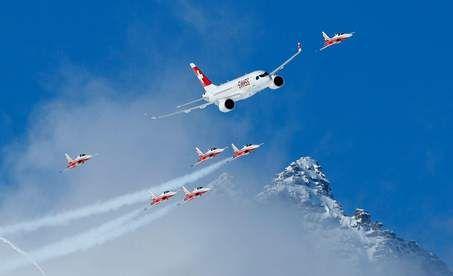 Patrouille Swiss, het stuntteam van de Zwitserse luchtmacht, vliegt rakelings langs Alpentoppen in Sankt Moritz. De straaljagers en het ...