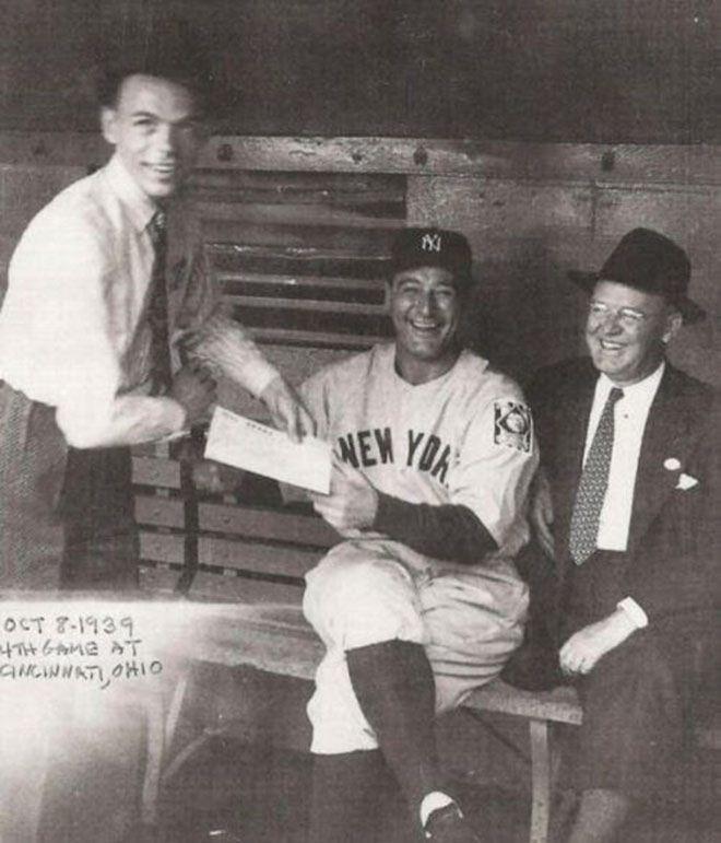 Лу Гериг даёт автограф для Фрэнка Синатры в 1939 году