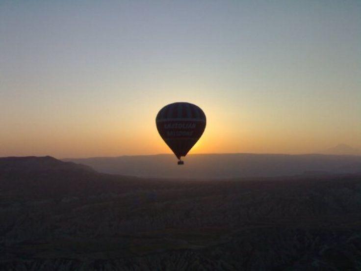"""Volo in mongolfiera in Cappadocia, Turchia, dove è possibile visitare il Parco Nazionale di Goreme e il famosissimo """"Cammino delle Fate"""""""