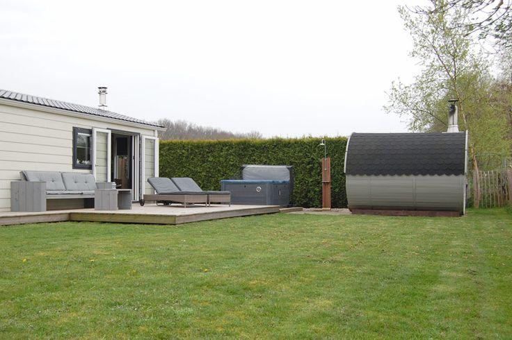 Heerlijk ontspannen in een Wellnesshuisje in Overijssel. De vijf wellness huisjes met bouwjaar vanaf zomer 2012 zijn gelegen midden in Nationaal Park Weerribben-Wieden. In de tuin bij alle huisjes is een houtgestookte sauna en een heerlijke jacuzzi aanwezig. #origineelovernachten #officieelorigineel #reizen #origineel #overnachten #slapen #vakantie #opreis #travel #uniek #bijzonder #slapen #hotel #bedandbreakfast #hostel #camping #romantisch #reizen