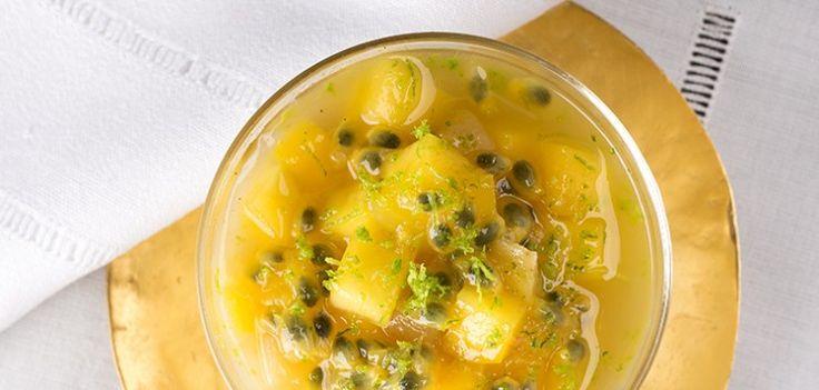 Panna cotta vivace al tè con mango, frutto della passione e limone