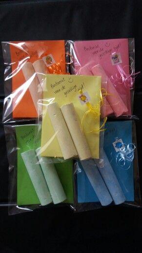Stoepkrijtpakketjes; in elk zakje 2 stoepkrijtjes en op het gekleurde papier 10 spelletjes wat je met stoepkrijt kunt doen. Leuk als traktatie of afscheid!