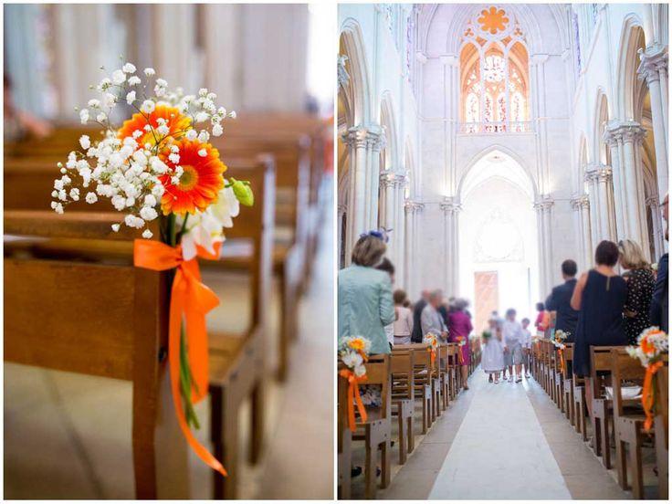 Décoration de l'église à l'occasion du mariage de A&S avec la mise en place de bout de banc tout en orange : germinis, orchidée et gypsophile constituaient ces petits bouquets noués d'un ruban orange. wedding, decoration, orchid, church, Déco Ré Majeur, Lyon.