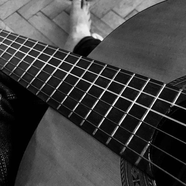 acordes de a pie en coche sin luna . . . . #bnw #byn #acordes #madera #pie #rela…