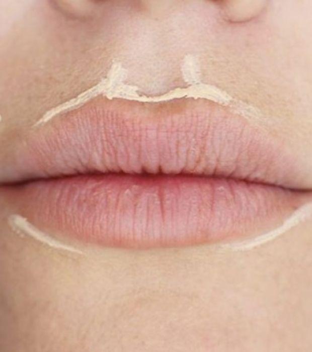 Utilisez un correcteur ou un illuminateur de teint pour accentuer le contour de vos lèvres afin de repulper votre bouche.