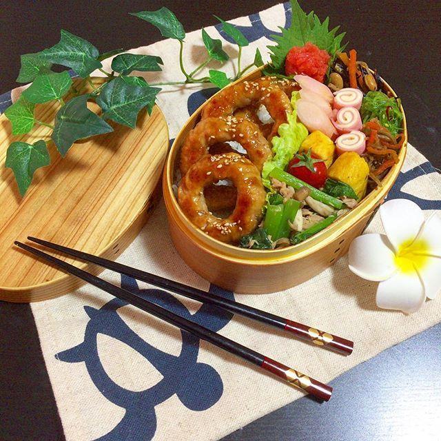 おはようございます〜😊💖. 週末お出かけしすぎて辛い月曜日の朝🌀🌀 . 先週は 大人の事情で(?) #お弁当 は作りませんでした(ㆀ˘・з・˘) 作る気になれなかった。。。 #ピンチはチャンス  信じてみるのも悪くない?! , . 今週からまた通常生活です😂 今日の #お弁当記録 🍱 #肉 弁 . 🌹 #トンデリング 🌹小松菜&ツナ&シメジの醤油マヨ 🌹豆入りひじき 🌹だし巻き卵 🌹中華クラゲ和え 🌹きんぴらごぼう 🌹生姜のお漬物 🌹くるくるチーズハム 🌹明太子&プチトマ . , トンデリング🐷は 一度やって見たかったMENU。 ボリュームもあって野菜もとれてGOOD。 あとは#常備菜 他色々。 . 私も自分用ランチ🍱にミニトンデリング😊  あと今ハマってる#デトックスウォーター 。  最近我が家に  #ドリンクサーバー が仲間入りしたので、 カウンターにオシャレに並べて自己満中〜😂💦 果物の消費が激しい今日この頃です(笑) . . さ!今日はのんびりできるから、 まっったり優雅な朝ごはんをしよ〜〜っと💖 (*≧∀≦*)…