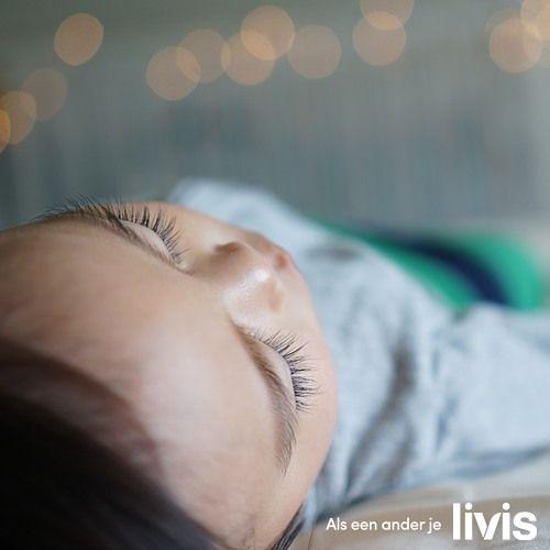 De griepepidemie slaat ieder jaar weer flink toe. Koortsstuipen komen bij een kind in deze periodes regelmatig voor.  Wat moet je doen als je kind wordt getroffen door een koortsstuip?  1. Maak als eerst met een vinger de mond leeg.  2. Leg je kind op de zij of op de buik met het hoofd omlaag.  3. Zorg dat je kind niet kan vallen of zich kan stoten of bezeren.  4. Bel vervolgens meteen de huisarts ook als de koortsstuipen over zijn.  #koorts #EHBO