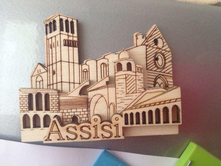 Magneet uit Assisi, hoofd- en kleine letter, breed, horizontaal