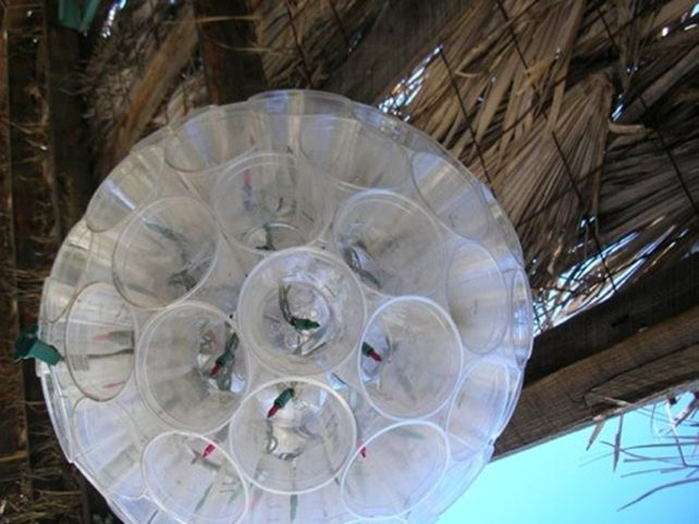 Lampadario di bicchieri di plastica    Ecco una simpatica idea per un lampadario realizzato con bicchieri di plastica e le classiche lucine colorate di Natale. E' adatto specialmente per gli esterni e chi ha buona manualità potrà costruirlo anche senza istruzioni.