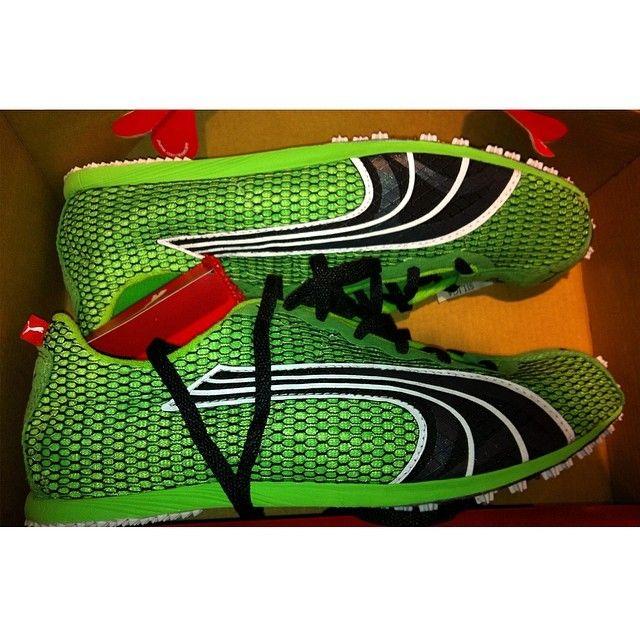 Comenzando el día con unas de las zapatillas de pista mis ligeras que han existido, 110gramos, #Puma #ultralight 2010 #ligth #design #minimalist #green #sport #athletic #running #yolo #ducksflytogether #workouttime #treasure