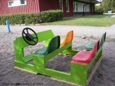 Een auto gemaakt uit hout en oude stoelen. Ideaal om het fantasiespel van kinderen te prikkelen en te verijken.