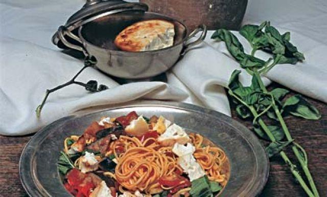 Spaghetti alla Norma mit selbstgebackenem Ricotta