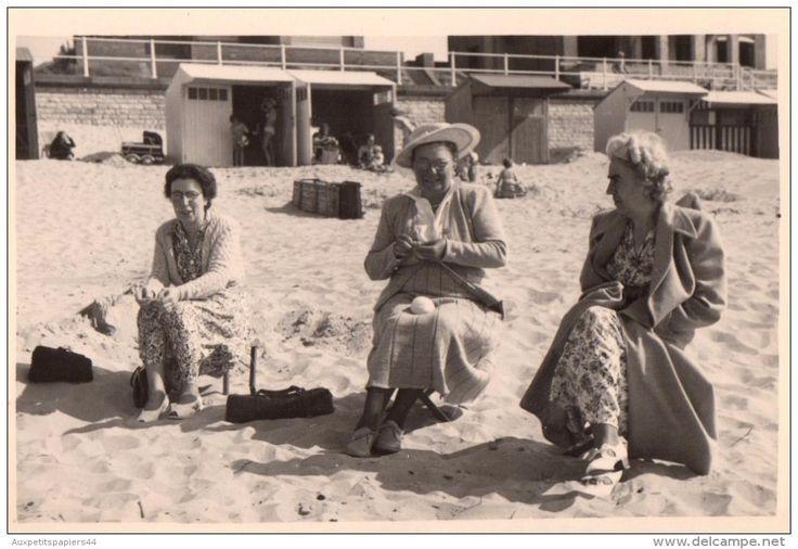 Photo Originale Plage Et Maillot De Bain - 1949 - Femme Au Tricot Sur La Plage Avec Amies Bien Couvertes - Le Coq