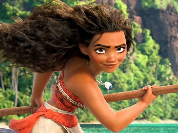 Disney no ha dejado de sorprendernos con sus nuevas producciones y, en definitiva, se ha sabido adaptar a los tiempos en los que vivimos; de Blancanieves a Moana hay un largo trecho.Moana es una de las nuevas princesas de Disney (bueno, en realidad es la hija de un jefe, pero es prácticamente lo mismo) que es capaz de salvar el día. Obviamente, cuenta con la ayuda de otros personajes, pero la verdadera heroína es ella.