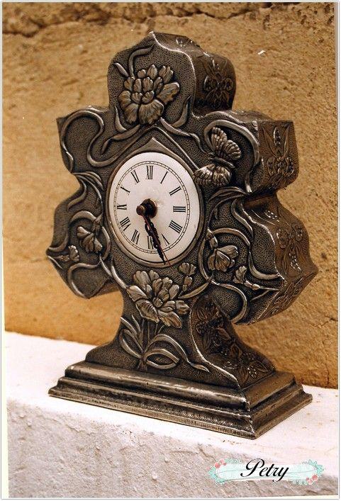Reloj sobremesa estaño repujado. www.petry.es