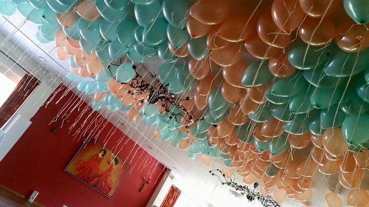 Heliumballonnen bij avondfeest bruiloft. Het hele plafond gevuld met mint en perzik ballonnen. Ook ballonnendecoratie bij uw trouwen? www.ballonnendeal.nl