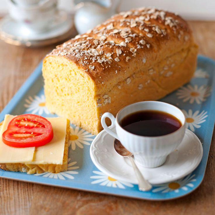 Vad är godare än ett hembakat bröd till frukost? Skär upp några skivor av din nybakade morotslimpa och ät tillsammans med smör och ost.