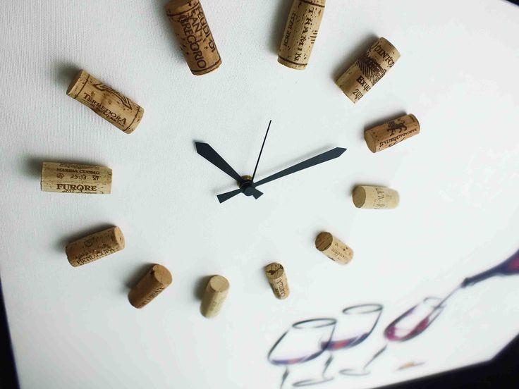 Orologio composto da tappi di sughero di bottiglie di vino