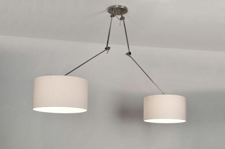 Nieuwe trend! Een draaibare, extra lange en verstelbare 2 lichts hanglamp in een grote uitvoering. Deze trendy hanglamp heeft twee mooie witte stoffen kappen. De extra lange stang is in hoogte verstelbaar. Door de diverse verstelmogelijkheden van dit armatuur kunt u zowel stang als kap kantelen naar uw eigen gebruiksvoorkeur. Deze lamp is tevens draaibaar op de plafondplaat, dit in tegenstelling tot andere modellen in de markt.