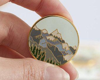 Montagnes Enamel Pin | Pin Badge | Broche émail dur | Or émail épinglette | Pin de montagne | Scène de montagne | Wilderness Explorateur Pin