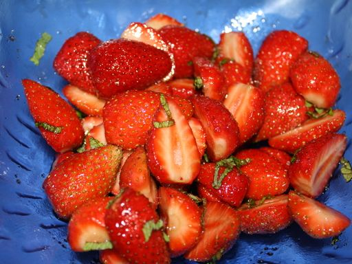 Salade de fraise au vinaigre balsamique : Recette de Salade de fraise au vinaigre balsamique - Marmiton