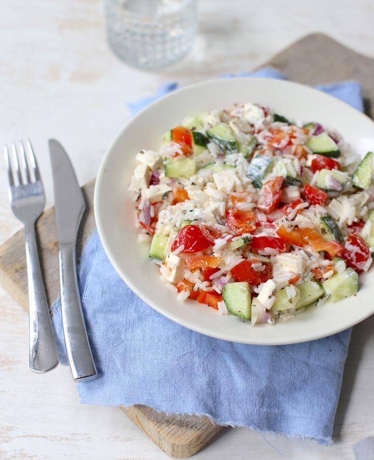 Vandaagmaakt Sofie een Griekse rijstsalade met tomaten en feta. Ben jij benieuwd hoe ze het maakt? Ze laat het je zien in de video. Griekse rijstsalade Dit heb je nodig Voor 1 persoon 75 gr rijst 1/4 komkommer 1/4 rode…
