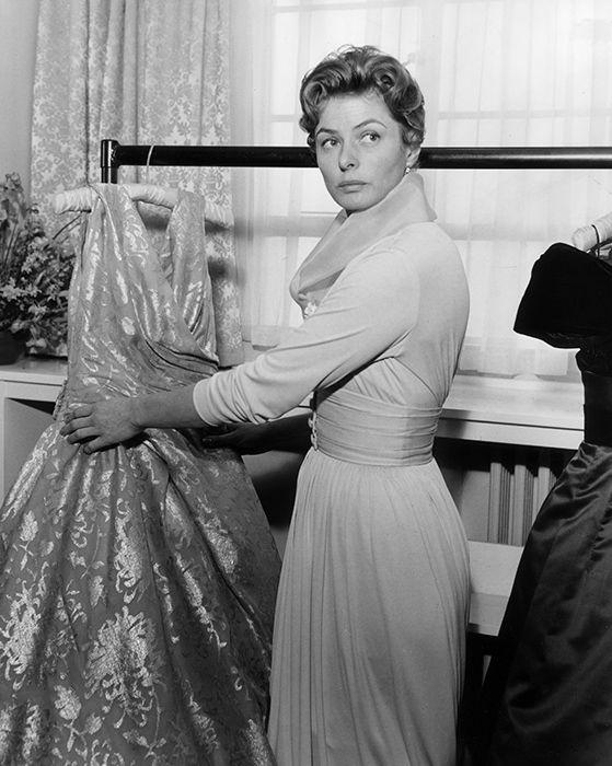 Ингрид Бергман во время примерки платья Christian Dior для съемок в фильме «Милый сэр». Лондон, 1958 год