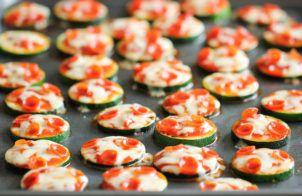 Introductie: Een lekker koolhydraatarm voorgerecht of snack, koolhydraatarme kaassticks. Deze kaassticks zijnheerlijk om zo als tussendoortje te eten.