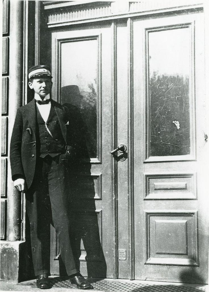 Den unge toldmedhjælper Søren Berthelsen foran Gammeltoftsgade 10, hvor han flyttede ind i 1917.