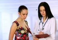Tratamiento del cáncer de ovario - Cirugía El tratamiento básico del cáncer de ovario es quirúrgico, y suele consistir en una cirugía radical, en la que se extirpan el útero y los ovarios, se explora el peritoneo (y se toman biopsias si hay lesiones sospechosas), se eliminan los ganglios de la zona, y puede ser incluso necesario quitar segmentos intestinales, con el fin de eliminar todas las posibles localizaciones del tumor. En las pacientes jóvenes que deseen tener descendencia, se puede…