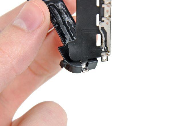 5. Når du installerer en ny GSM-antenne, sørg for å skyve gullbraketten over det støpte øret inn i høyttalerkabinett før antennen stikkes ned.