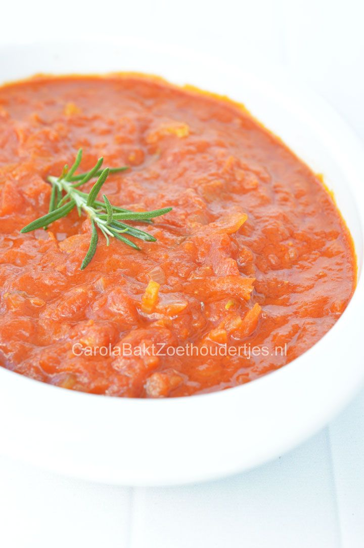 Als je zelf tomatensaus maakt is deze zoveel lekkerder dan uit een potje. Heerlijk voor in de pasta maar ook op de pizza of pizza stokbrood. Maak lekker veel want je kunt het ook invriezen.