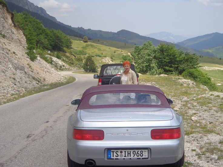 Mit meiner Partnerin für Oldtimer-Touren in den Marken unterwegs durch die Monti Sibillini Richtung Marken.