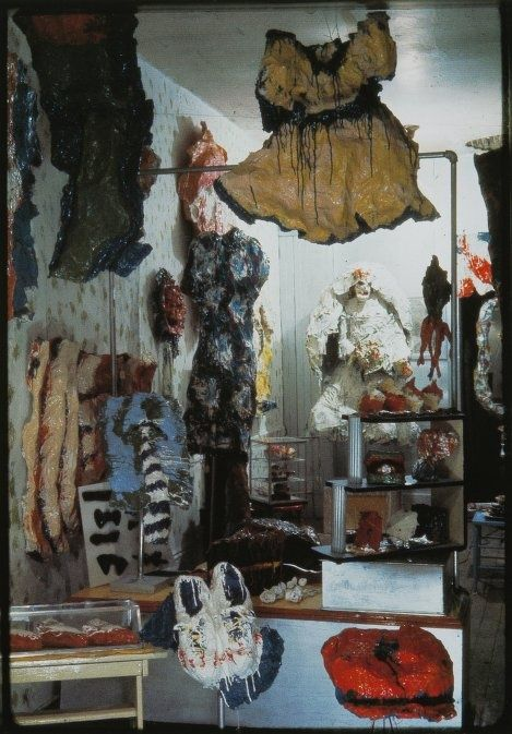 Claes Oldenburg (1929) The store, 107 east second street, NY, 1961, precede gli happening, era un vero e proprio negozio, man mano che vendeva oggetti li sostituiva con nuove sculture sempre ispirate agli articoli delle vetrine vicine. Oggetti tra celebrazione e parodia dell'originale.