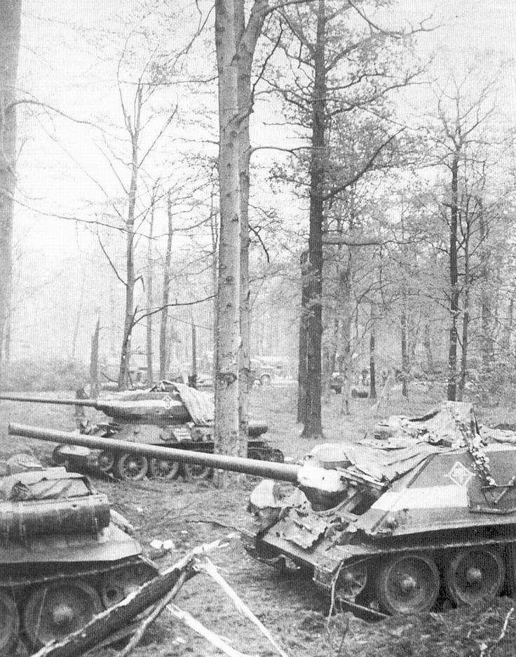 Chars T-34-85 et chasseurs de chars SU-100 de l'armée soviétique de la 1ère garde à l'extérieur de Berlin en Allemagne, le 30 avril 1945.